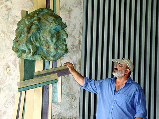 Дечко Узунов (Глава, бронз) в сградата на гимназията – скулптор Ваньо Колев