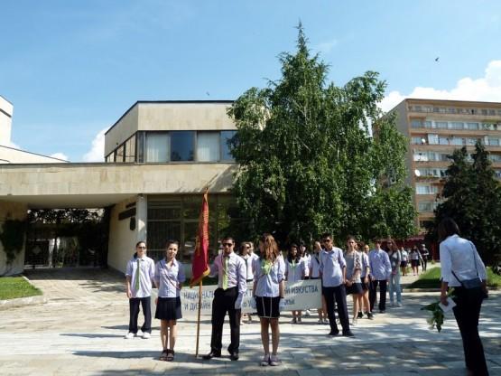 """Представителната група на НГПИД """"Акад. Дечко Узунов"""" начело с новата знаменосна група"""